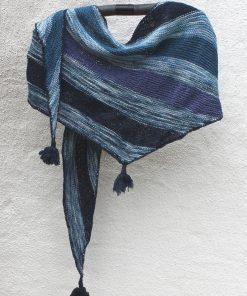 Enkelt og smukt vimpelsjal, der egner sig til brug som både tørklæde og sjal. Sjalet strikkes i unika håndfarvet garn og farvekombinationer, hvormed sjalet får sit helt eget udtryk. Sværhedsgrad: let Størrelse: 240 cm. x 50 cm. Garn/materialer: 1 nøgle håndfarvet unika uld (farve 1) (100g, løbelængde ca. 400 m) 1 nøgle shetlandsk uld (farve 2) (25 g, løbelængde ca. 100m) 1 nøgle shetlandsk uld (farve 3) (25 g, løbelængde ca. 100 m) 1 rundpind 4 mm (ikke vedlagt) evt hæklenål og nål (ikke vedlagt) Rundpind 4 mm (ikke vedlagt)