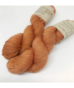 """85 % SW Extrafine Merino, 15 % Nylon, et blødt, """"kradsefrit"""" og fyldigt håndfarvet garn. Plantefarvet med kraprod Løbelængde 400 m. på 100 g, spundet af 4 tråde. Dette er et stærkt og holdbart garn til brug for både sweatre, sjaler, strik til børn og ikke mindst sokker. Vejledende pinde: 2,5-4 mm Vejledende strikkefasthed: 28-36 masker pr 10 cm."""