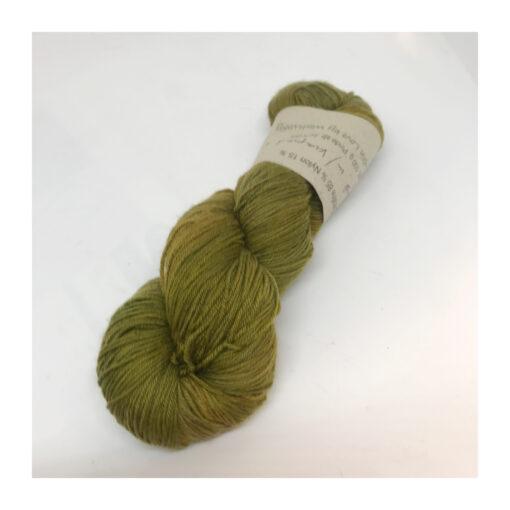 """Extrafine SW Merino 85%, Nylon 15 %, et blødt, """"kradsefrit"""" og fyldigt hånd- og plantefarvet garn, farvet med kraprod og indigo Løbelængde 400 m. på 100 g, spundet af 4 tråde. Dette er et stærkt og holdbart garn til brug for både sweatre, sjaler, strik til børn og ikke mindst sokker. Vejledende pinde: 2,5-4 mm Vejledende strikkefasthed: 28-36 masker pr 10 cm."""