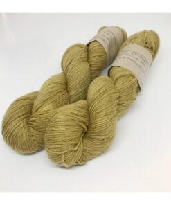 """85 % SW Extrafine Merino, 15 % Nylon, et blødt, """"kradsefrit"""" og fyldigt håndfarvet garn. Plantefarvet med regnfang Løbelængde 225 m. på 100 g, spundet af 4 tråde. Dette er et stærkt og holdbart garn til brug for både sweatre, sjaler, strik til børn og ikke mindst sokker. Vejledende pinde: 3,5-4,5 mm Vejledende strikkefasthed: 22-30 masker pr 10 cm."""