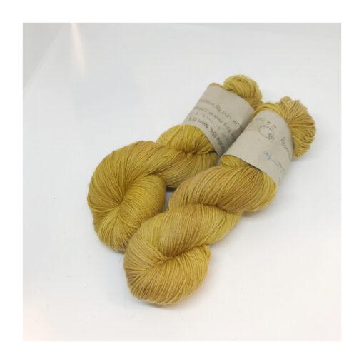 """85 % Merino, 15 % Nylon er et blødt, robust og """"kradsefrit"""" garn, der er hånd-og plantefarvet med rejnfang. Løbelængde 400 m. på 100 g og et garn der tåler megen brug og vask. Dette både til brug for sweatre, sjaler, strik til børn, sokker og meget andet. Vejledende pinde: 2,5-4,5 mm Vejledende strikkefasthed: 28-36 masker pr 10 cm."""
