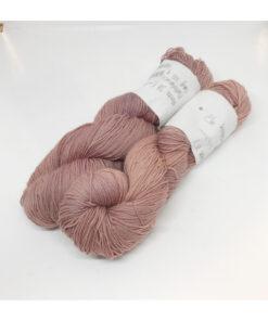 """85 % Merino, 15 % Nylon er et blødt, robust og """"kradsefrit"""" garn, der er hånd-og plantefarvet med kraprod og blåtræ. Løbelængde 225 m. på 100 g og et garn der tåler megen brug og vask. Dette både til brug for sweatre, sjaler, strik til børn, sokker og meget andet. Vejledende pinde: 3,5-5 mm Vejledende strikkefasthed: 20-27 masker pr 10 cm."""