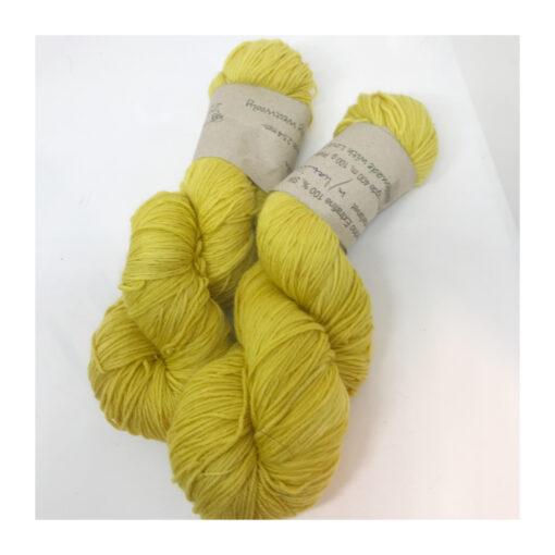 """85 % Merino, 15 % Nylon er et blødt, robust og """"kradsefrit"""" garn, der er hånd-og plantefarvet med kamille Løbelængde 400 m. på 100 g og et garn der tåler megen brug og vask. Dette både til brug for sweatre, sjaler, strik til børn, sokker og meget andet. Vejledende pinde: 3,5-5 mm Vejledende strikkefasthed: 28 -36 masker pr 10 cm."""