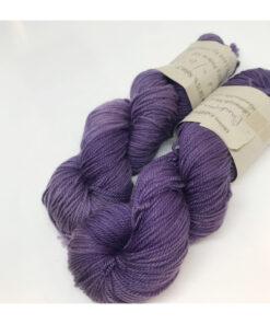 """75 % Merino, 25 % Nylon er et blødt, robust og """"kradsefrit"""" garn, der er hånd-og plantefarvet med cochenille og blåtræ. Løbelængde 400 m. på 100 g og et garn der tåler megen brug og vask. Dette både til brug for sweatre, sjaler, strik til børn, sokker og meget andet. Vejledende pinde: 2,5-4 mm Vejledende strikkefasthed: 28-39 masker pr 10 cm."""