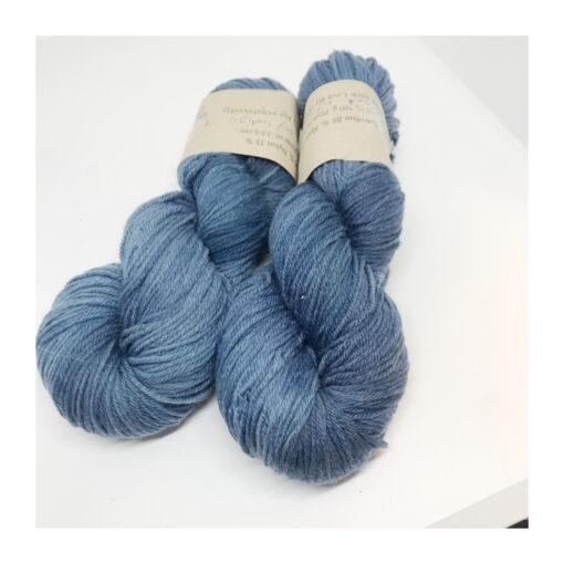 """85 % SW Extrafine Merino, 15 % Nylon, et blødt, """"kradsefrit"""" og fyldigt håndfarvet garn. Plantefarvet med indigo Løbelængde 225 m. på 100 g, spundet af 4 tråde. Dette er et stærkt og holdbart garn til brug for både sweatre, sjaler, strik til børn og ikke mindst sokker. Vejledende pinde: 3,5-5 mm Vejledende strikkefasthed: 25-32 masker pr 10 cm."""