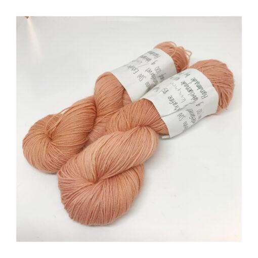 """75 % Merino, 25 % Nylon er et blødt, robust og """"kradsefrit"""" garn, der er hånd-og plantefarvet med kraprod. Løbelængde 400 m. på 100 g og et garn der tåler megen brug og vask. Dette både til brug for sweatre, sjaler, strik til børn, sokker og meget andet. Vejledende pinde: 3,5-,5 mm Vejledende strikkefasthed: 28-36 masker pr 10 cm."""