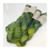 Et smukt og glansfuldt håndfarvet garn af 50 % Baby Yak og 50 % Løbelængde 200 m. på 50 g Vejledende pinde: 2,5-4 mm Vejledende strikkefasthed: 25-32 masker pr 10 cm.