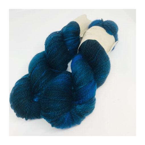 """100 % Merino er et blødt, robust og """"kradsefrit"""" garn, der er håndfarvet. Løbelængde 325 m. på 100 g og et garn der tåler megen brug og vask. Dette både til brug for sweatre, sjaler, strik til børn, sokker og meget andet. Vejledende pinde: 3,5-5 mm Vejledende strikkefasthed: 28-36 masker pr 10 cm"""