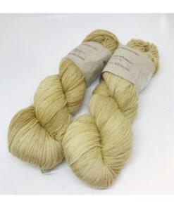 """75 % Merino, 25 % Nylon er et blødt, robust og """"kradsefrit"""" garn, der er hånd-og plantefarvet med regnfang. Løbelængde 400 m. på 100 g og et garn der tåler megen brug og vask. Dette både til brug for sweatre, sjaler, strik til børn, sokker og meget andet. Vejledende pinde: 3,5-,5 mm Vejledende strikkefasthed: 28-36 masker pr 10 cm."""