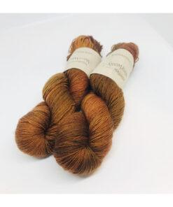 """Merino 100 % er et blødt, robust og """"kradsefrit"""" garn, der er håndfarvet. Løbelængde 400 m. på 100 g og et garn der tåler megen brug og vask. Dette både til brug for sweatre, sjaler, strik til børn og meget andet. Vejledende pinde: 2,5-4,5 mm Vejledende strikkefasthed: 28-36 masker pr 10 cm"""