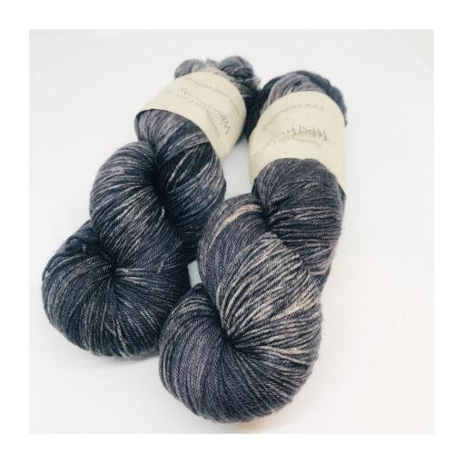 """100% Merino er et blødt, robust og """"kradsefrit"""" garn, der er håndfarvet. Løbelængde 400 m. på 100 g og et garn der tåler megen brug og vask. Dette både til brug for sweatre, sjaler, strik til børn, sjaler og meget andet. Vejledende pinde: 2,5-4,5 mm Vejledende strikkefasthed: 28-36 masker pr 10 cm"""