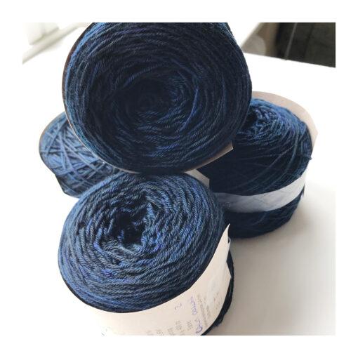 """Merino extrafine SW 85 %, Nylon 15 % er et blødt, robust og """"kradsefrit"""" håndfarvet garn. Løbelængde 400 m. på 100 g og et garn der tåler megen brug og vask. Dette både til brug for sweatre, sjaler, strik til børn, sjaler, sokker og meget andet. Vejledende pinde: 2,5-4,5 mm"""