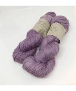 75 % Merino, 25 % Mulbær Silke er et smukt, blødt, robust og lækkert garn, der er hånd-og plantefarvet med cochenille og kraprod. Løbelængde 400 m. på 100 g og et garn der tåler megen brug og vask. Dette både til brug for sweatre, sjaler, strik til børn, sokker og meget andet. Vejledende pinde: 2,5-4,5 mm Vejledende strikkefasthed: 28-36 masker pr 10 cm.