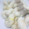 """100 % Merino er et blødt, robust og """"kradsefrit"""" garn, der er håndfarvet. Løbelængde 325 m. på 100 g og et garn der tåler megen brug og vask. Dette både til brug for sweatre, sjaler, strik til børn og meget andet. Vejledende pinde: 3,5-5 mm"""