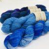 Blødt og lækkert garn af racen Bluefaced Leicester, der giver et smukt blødt garn med et fint silkeagtigt skær. Garnet er meget velegnet til lettere strik som sommerbluser og toppe, sjaler og meget andet. Strikket på mindre pind til mere varmt strik. Løbelængde: 4 X 200 m, 50 g Vejledende pinde 2,5-4 mm Vejledende strikkefasthed: 25-40 masker på 10 cm Vedlagt opskrift på sjal