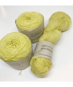 """Merino extrafine SW 85 %, Nylon 15 % er et blødt, robust og """"kradsefrit"""" håndfarvet garn. Garnet er lpantefarvet med birk. Løbelængde 400 m. på 100 g og et garn der tåler megen brug og vask. Dette både til brug for sweatre, sjaler, strik til børn, sjaler, sokker og meget andet. Vejledende pinde: 2,5-4,5 mm"""