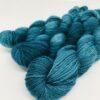 Blødt og lækkert garn af racen Bluefaced Leicester, der giver et smukt garn med et fint silkeagtigt skær. Garnet er meget velegnet til lettere strik som sommerbluser og toppe, sjaler og meget andet. Strikket på mindre pind til mere varmt strik. Løbelængde 200 m/ 50 g Vejledende pinde 2,5-4 mm Vejledende strikkefasthed: 25-40 masker på 10 cm