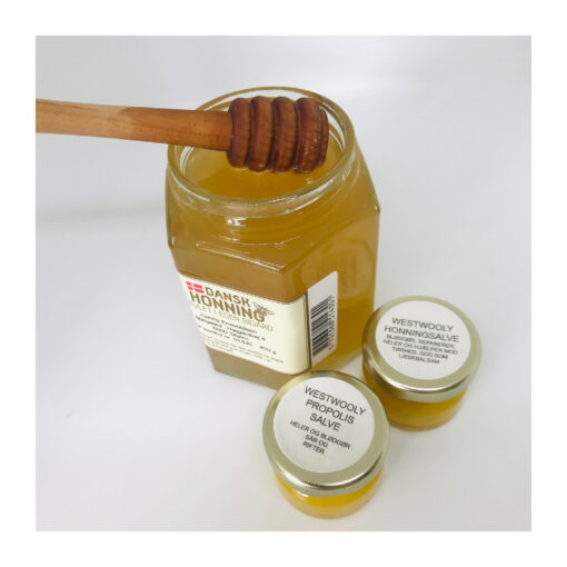 Denne salve minder meget om biavlerens supersalve* men indeholder også mandelolie. Salven består af: bivoks, økologisk koldpressetrapsolie og mandelolie, propolis og honningog er ligeledes god mod tørre skader og heler skadet hud. Brug den til irreteret hud, kløe og svie samt til meget tørre hænder. Salven er i et praktisk lille glas og fylder intet i en taske, pung eller skuffe på kontoret. Brug salven til pleje af dig selv eller én du holder af. Salven er rørt af naturlige produkter, honning og bivoks fra egne bier. Både salver og honning er koldrørt og behandlet skånsomt for at bevare honningens mange gode egenskaber. Jeg er selvfølgelig medlem af Dansk Biavlerforening. Biavlerens supersalve kendes også som Egytian Magic og bruges som hudpleje mange steder i verden