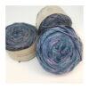 Merino 100 % er et blødt og håndfarvet garn farvet i blåviolette toner. Løbelængde 400 m. på 100 g og et garn der kan benyttet til utallige formål. Vejledende pinde: 2,5-4 mm, Vejledende strikkefasthed:28-36 masker pr 10 cm Dette garn er ikke Super Wash behandlet.
