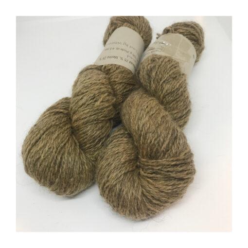 Lækkert og blødt Dansk uld af 75 % Gotlandsk Pelsuld og 25 % Merino Ulden er spundet på Hjelholt Uldspinderi. Garnet er plantefarvet med kraprod Løbelængde 200 m på de 100 g. Vejledende Pinde: 4-5 mm vejledende strikkefasthed: 17 masker + 21 pinde = 10 cm