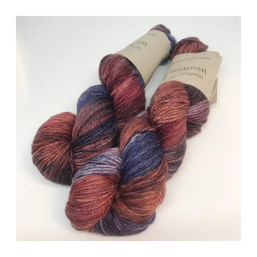 Merino 100 % er et blødt og håndfarvet garn farvet i rødviolette toner. Løbelængde 160 m. på 100 g og er dermed et garn til større pinde Vejledende pinde: 4-6 mm, Vejledende strikkefasthed: 16-20 masker pr 10 cm