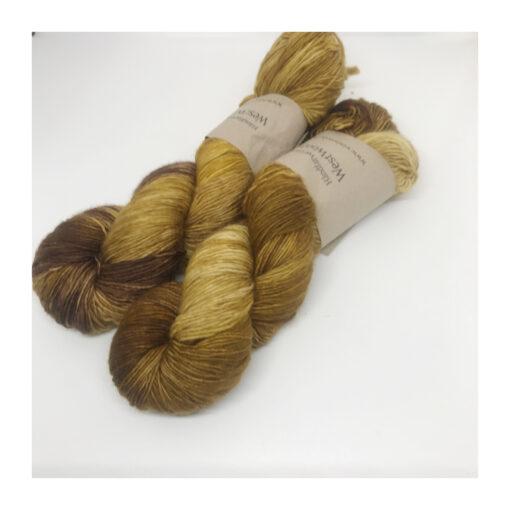Merino SW 100 % single er et blødt og håndfarvet garn farvet i smukke farver. Garnet er 1-trådet og velegnet til utallige formål, sjaler, sweatre m.v. Hvis du ønsker at strikke på rundpind, bør garnet anvendes med en følgetråd, da den kan dreje, grundet tråden er 1-trådet. Løbelængde 400 m. på 100 g og et garn der kan benyttet til Vejledende pinde: 2,5-4 mm, Vejledende strikkefasthed:28-36 masker pr 10 cm