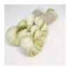 Merino SW 100 %, er et blødt og håndfarvet garn farvet i smukke grønne speckels Løbelængde 300 m. på 100 g og et garn der kan benyttet til utallige formål, Vejledende pinde: 3-5 mm, Vejledende strikkefasthed:24-34masker pr 10 cm