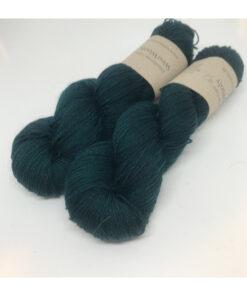 Merino SW 75 % , Nylon 25 % er et blødt og håndfarvet garn farvet i smukke farver. De anvendte farver ligger meget tæt, hvorved farven er mere rolig Løbelængde 400 m. på 100 g og et garn der kan benyttet til utallige formå samt selvfølgelig strømper. Vejledende pinde: 2,5-4 mm, Vejledende strikkefasthed:28-36 masker pr 10 cm