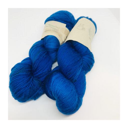 """100 % Merino er et blødt, robust og """"kradsefrit"""" garn, der er håndfarvet. Løbelængde 300 m. på 100 g og et garn der tåler megen brug og vask. Dette både til brug for sweatre, sjaler, strik til børn og meget andet. Vejledende pinde: 3,5-5 mm Vejledende strikkefasthed: 28-36 masker pr 10 cm"""